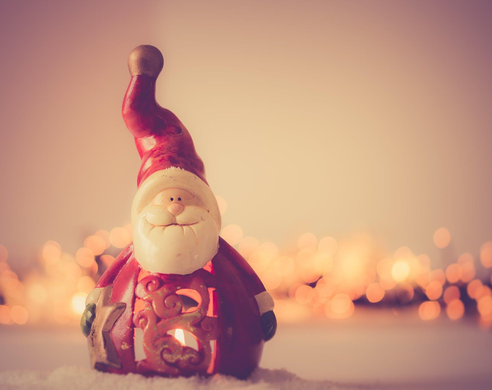shallow focus photography of santa claus figurine